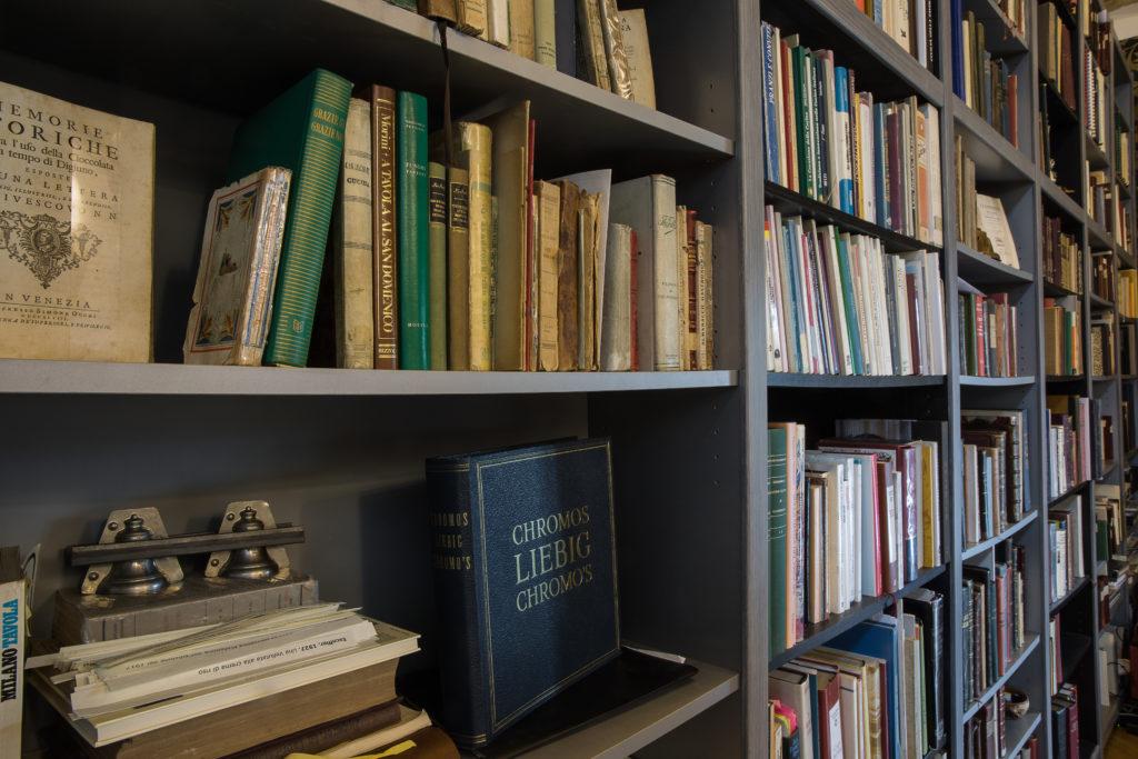 Scaffali nella Sala consultazione del Garum, il BiblioMuseo della Cucina